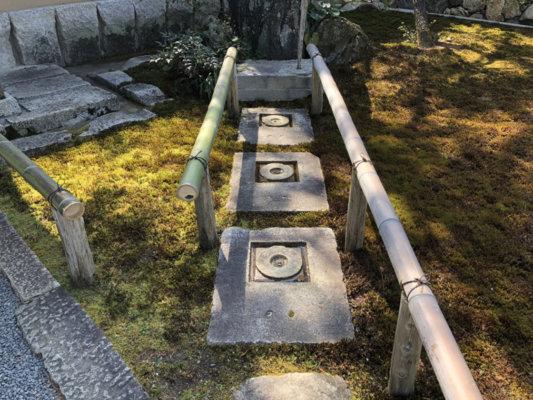 圓通寺の門にある円の形をした踏み石