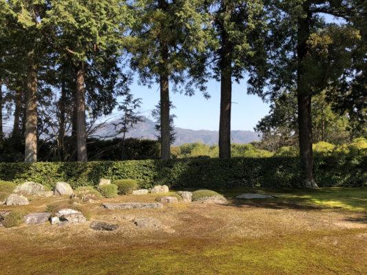 圓通寺にある枯山水の庭園と比叡山の山並み