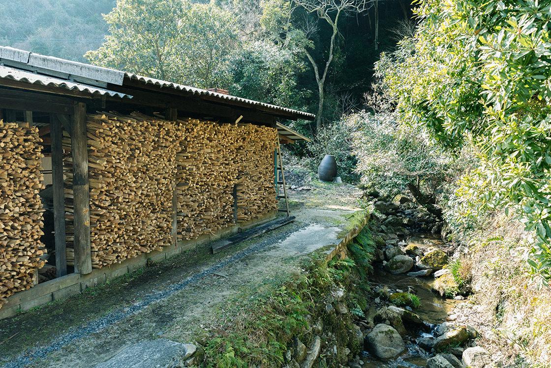 登り窯用の薪置き場の手前を小川が流れる