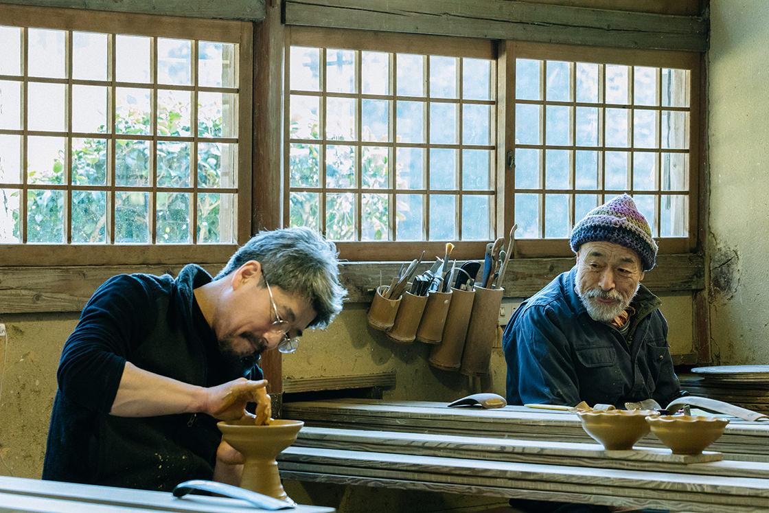 太亀さんの作陶を見守る隆さん