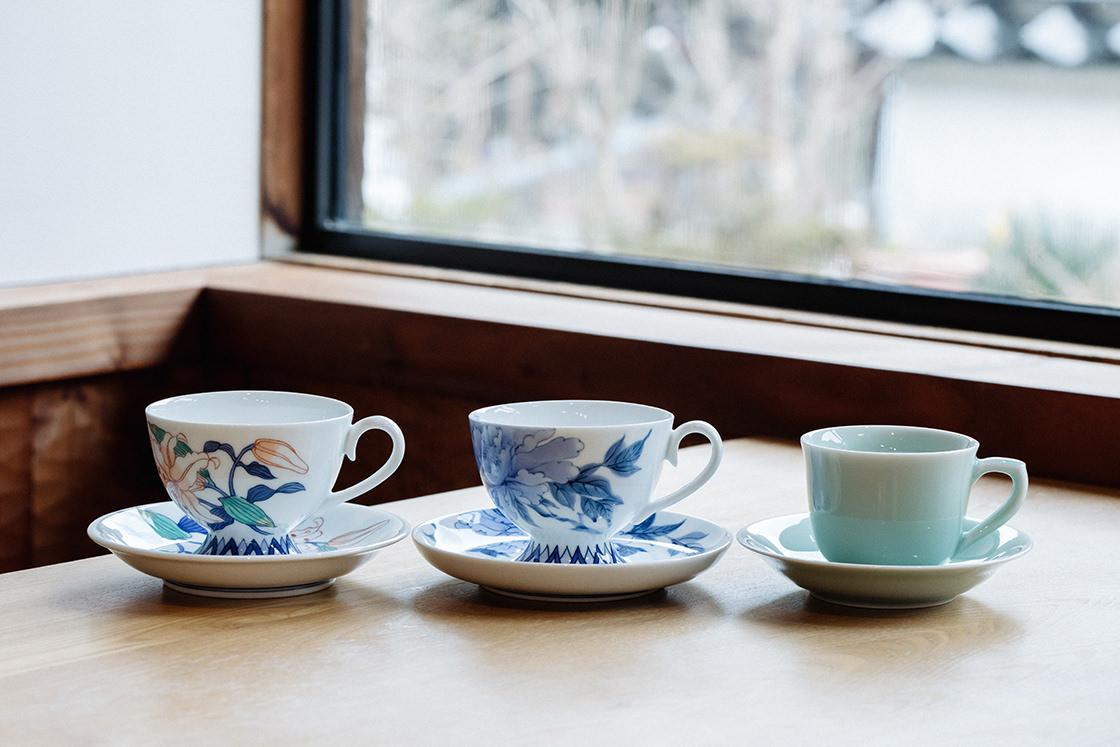 左から色鍋島、鍋島染付、鍋島青磁のコーヒーカップ