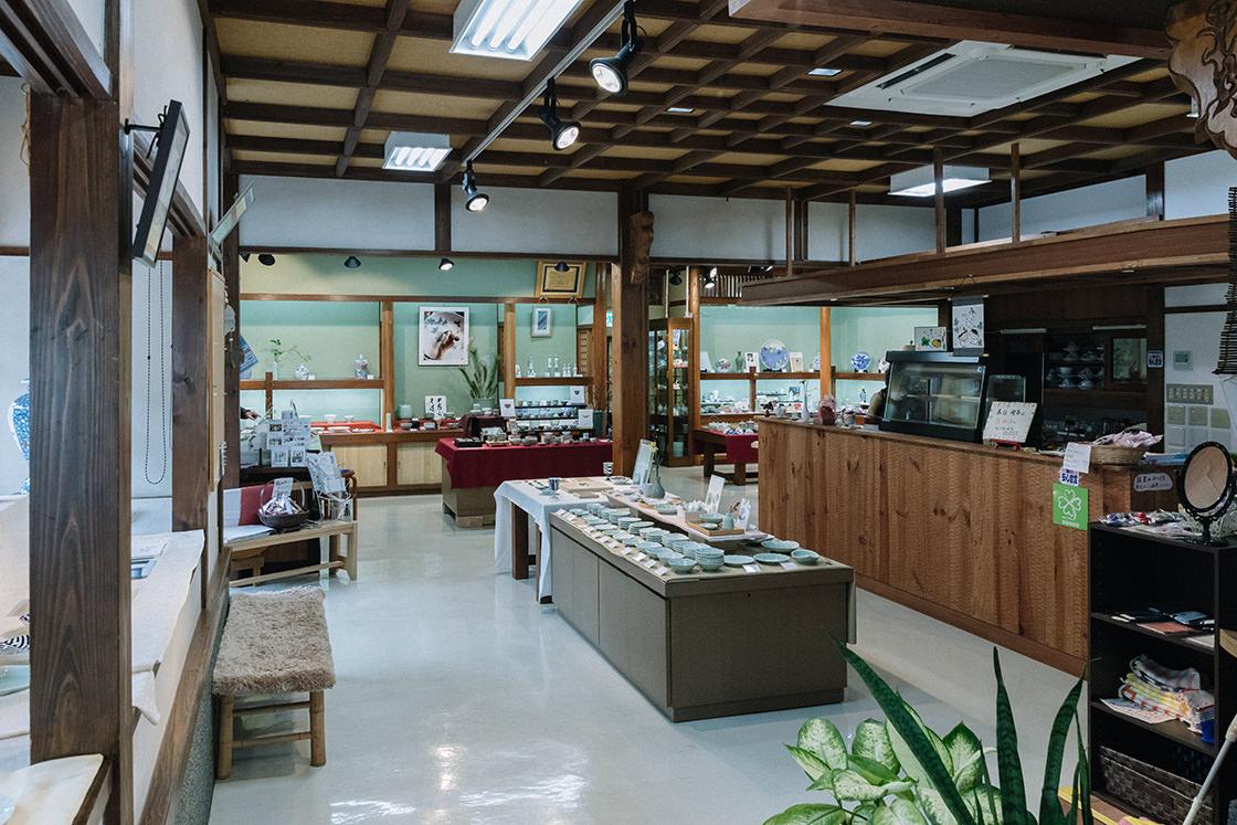 ギャラリーには喫茶スペースもあり、虎仙窯さんの器でお茶を楽しむことができます