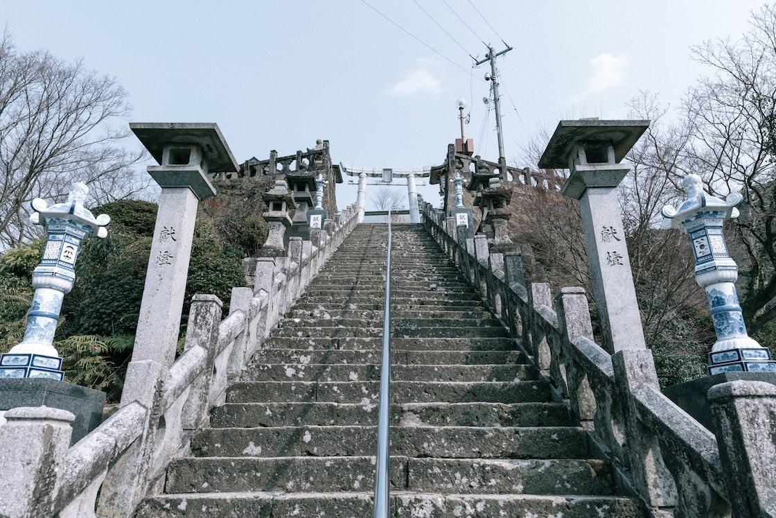 石段の脇の灯篭