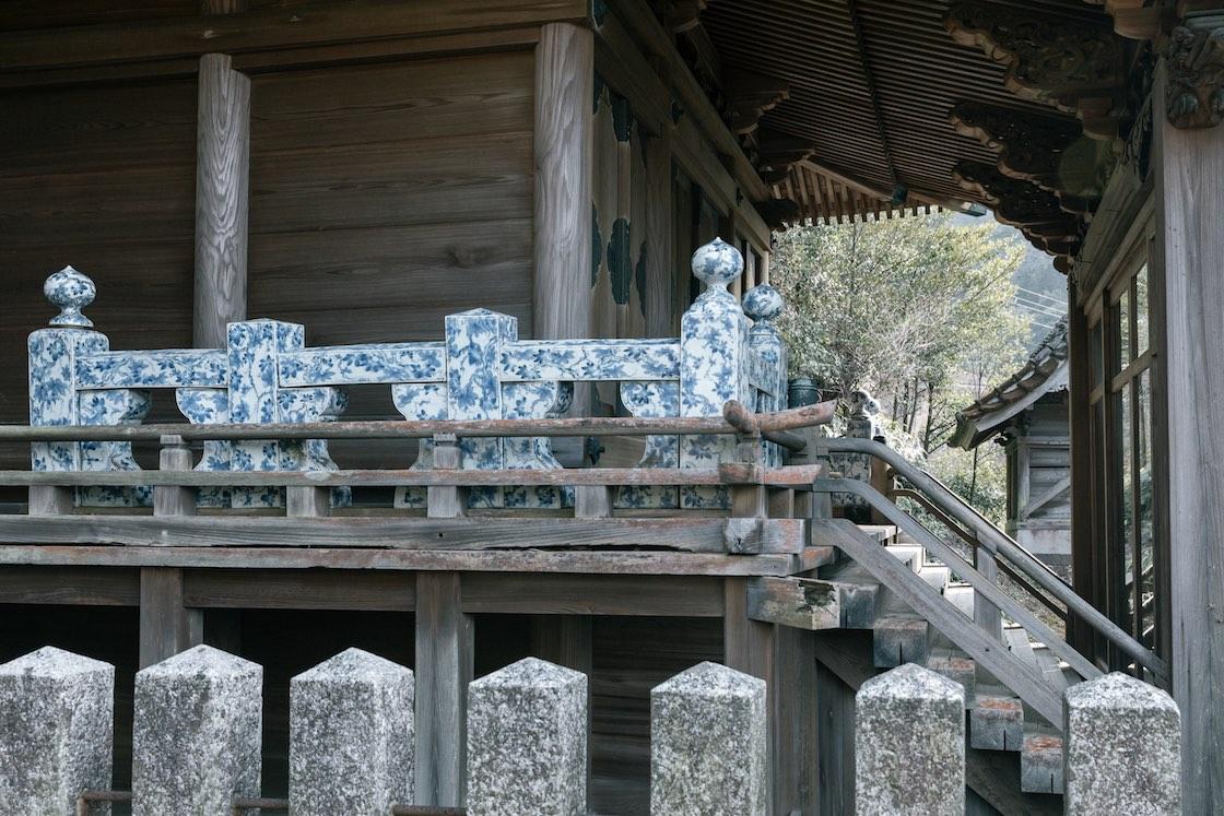 木造の神殿に磁器の青が美しく浮かび上がります