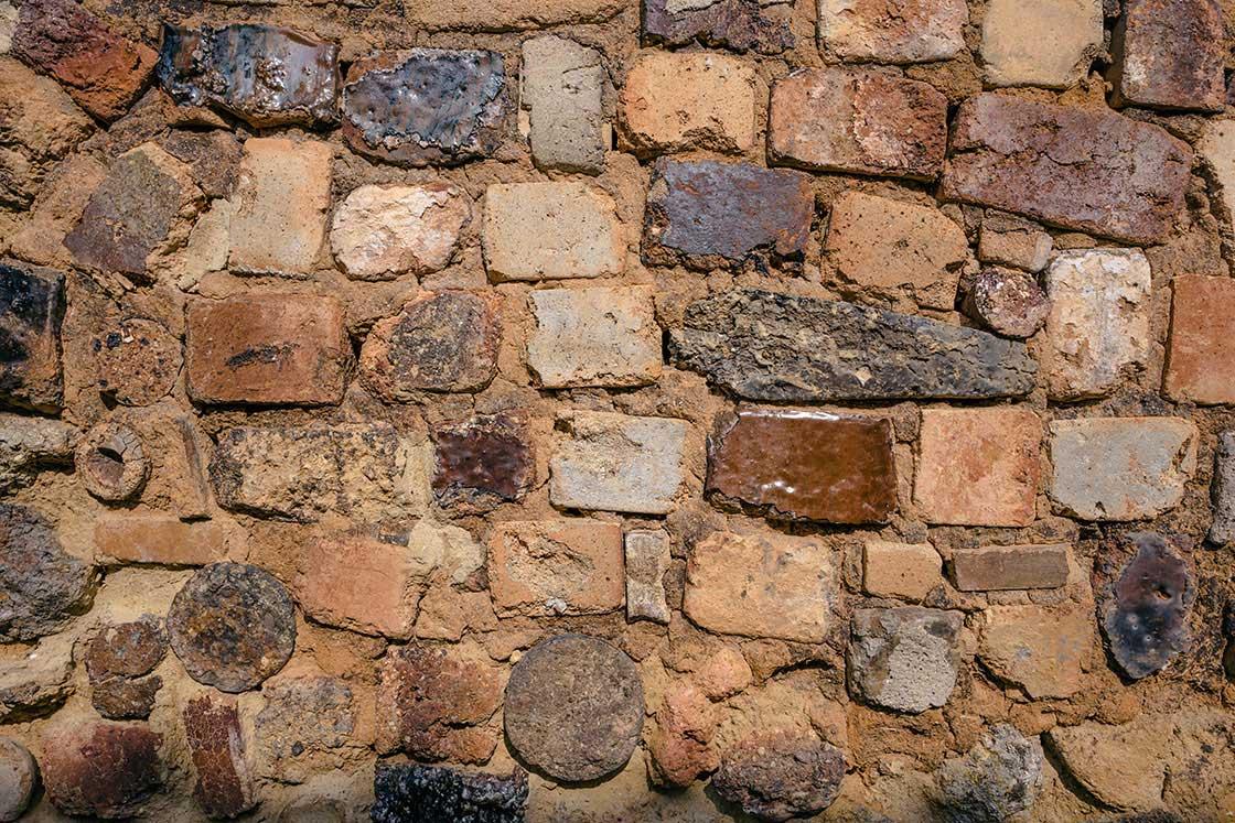旅先では「壁」を見るのがおもしろい。焼き物の町・有田のトンバイ塀