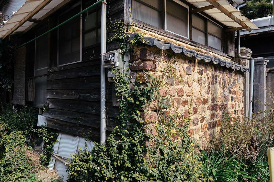 家の壁がトンバイでできているもところも