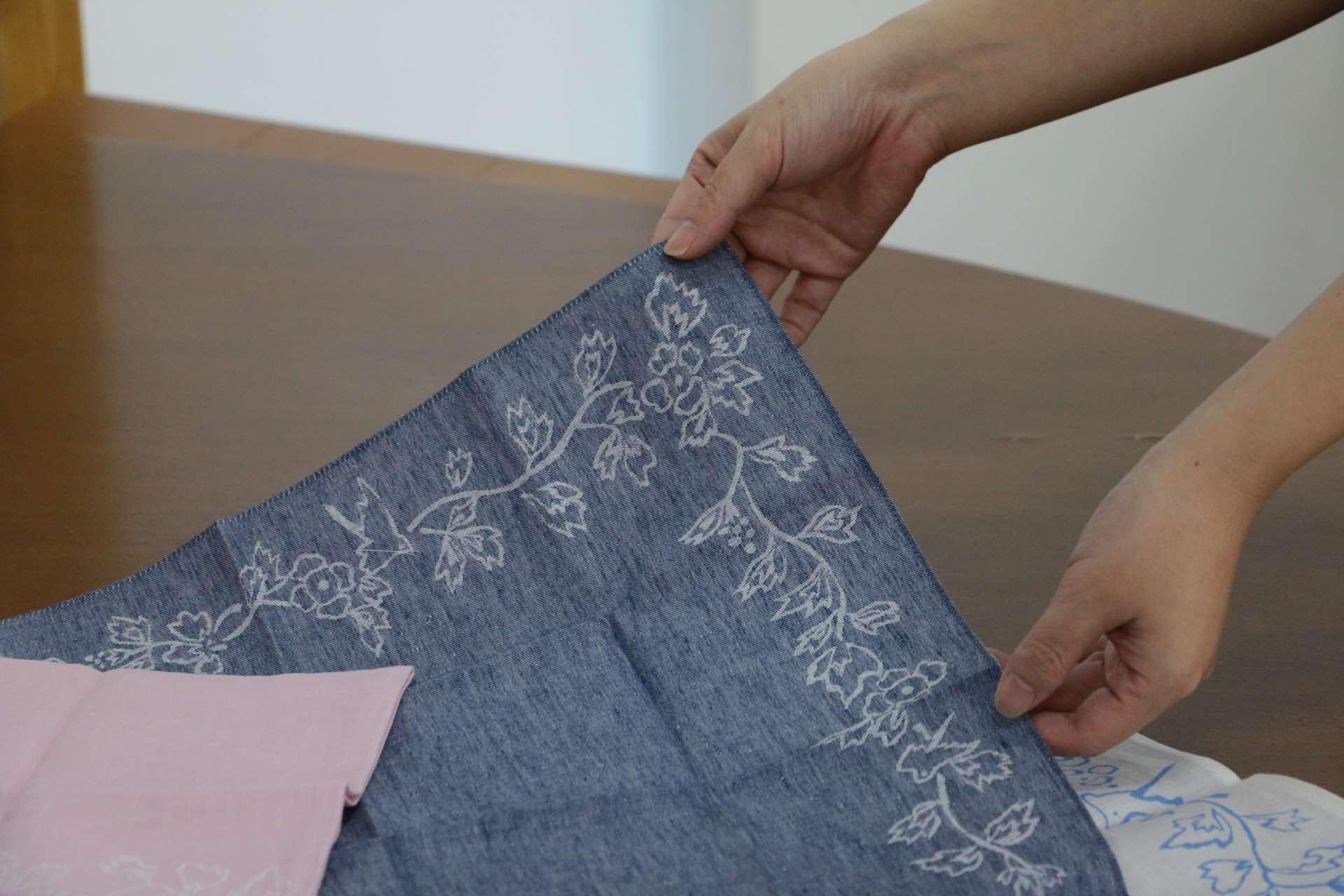 織りの複雑さは、四角の中で柄を完結させないといけないハンカチならでは