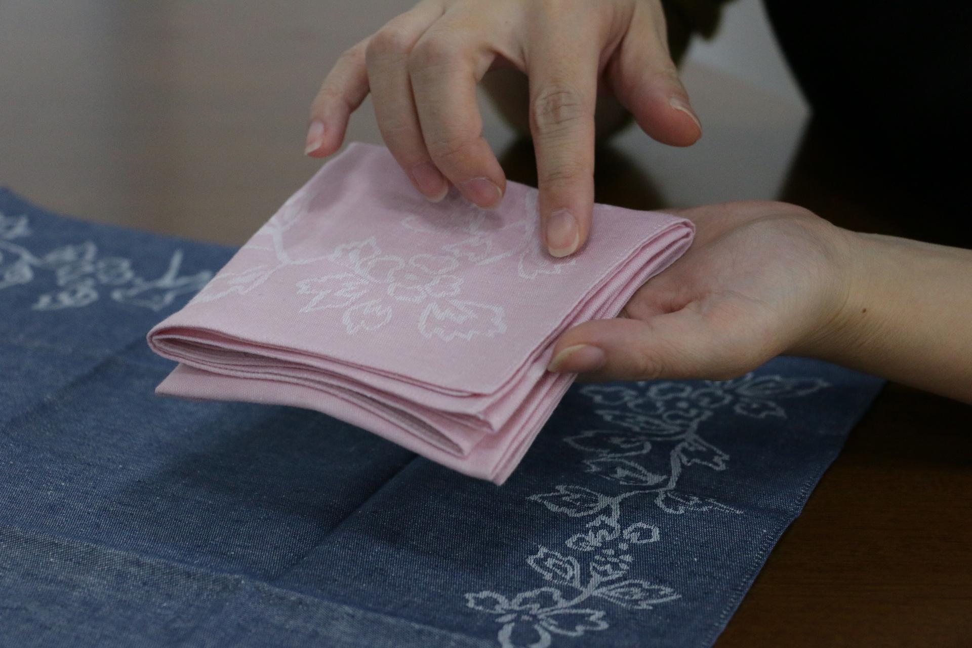 折りたたまれたポケットサイズのハンカチ