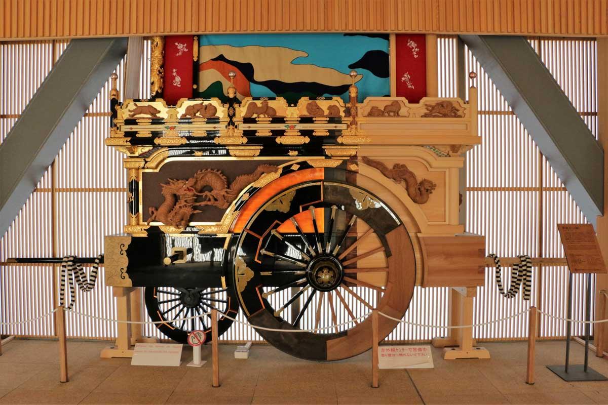 JR高山駅のコンコースに展示されている祭屋台。祭屋台が完成するまでの製作過程が分かる