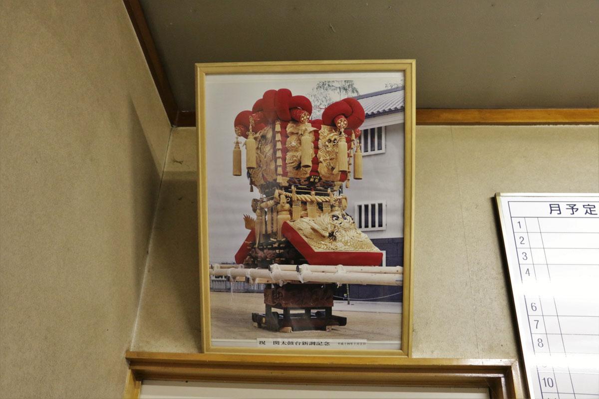 組合の事務所には、全国各地の祭屋台の写真が