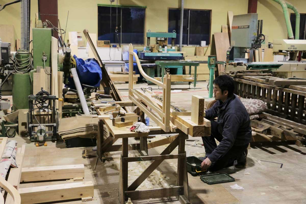 八野大工さんでは、祭屋台の修復とあわせて社寺建築も請け負っている。こちらはお寺の欄間を製作中