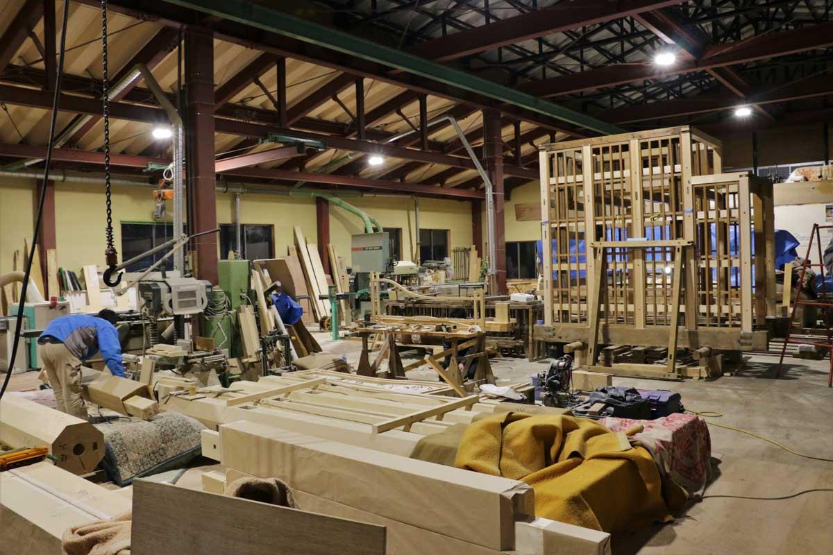 八野大工さんの作業場。広いスペースに材料や器具が並んでいる