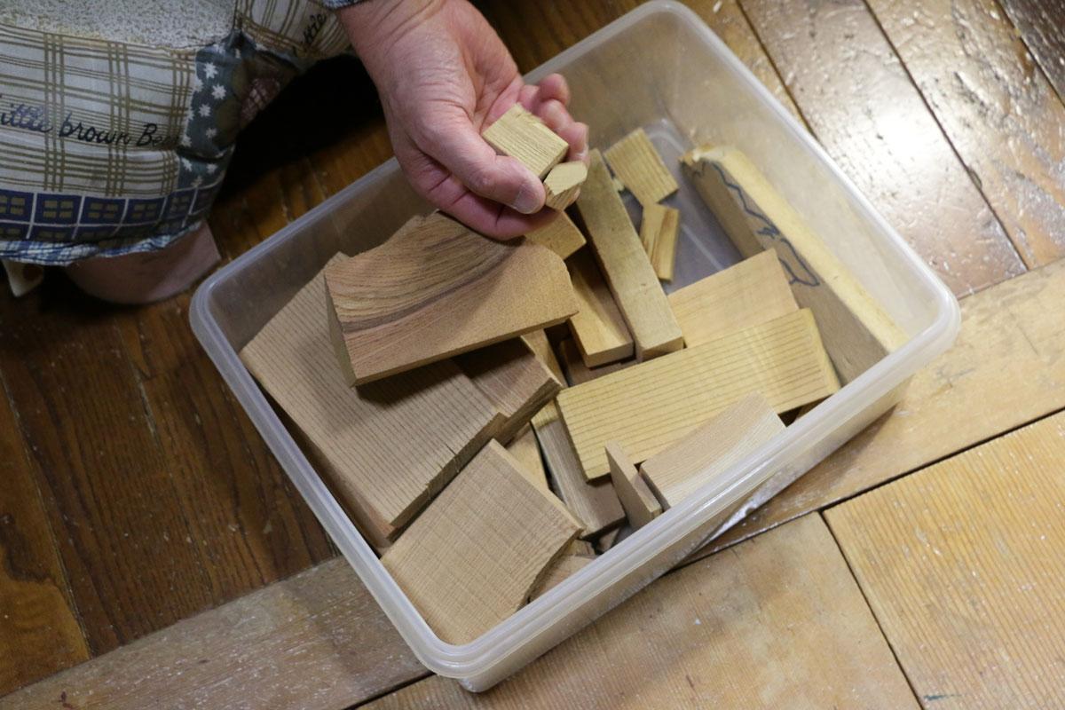 ケヤキの端材。木目に合わせて使用するするため、様々な模様の端材を保管している