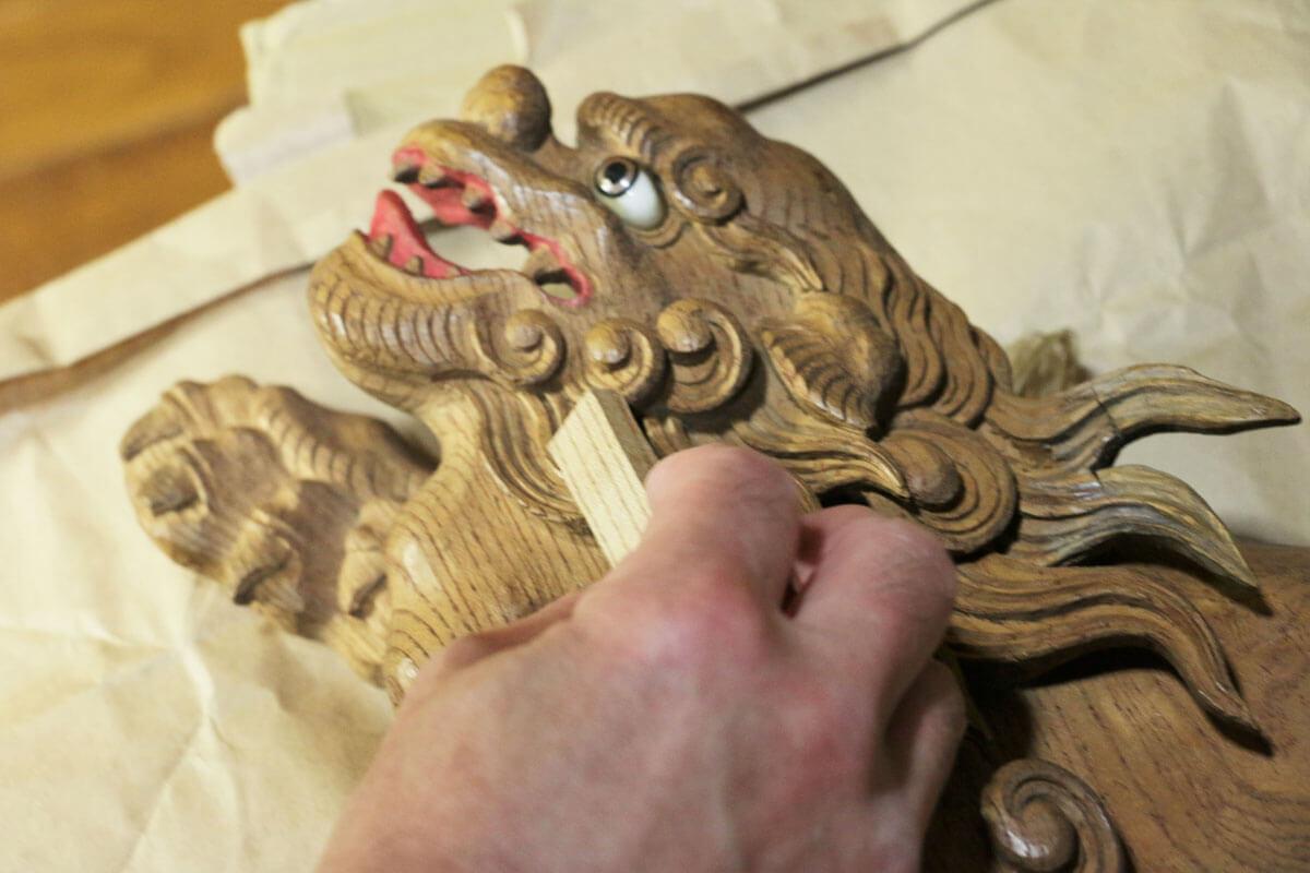 はじめに、修復する部分の木目に合わせて端材を選定する