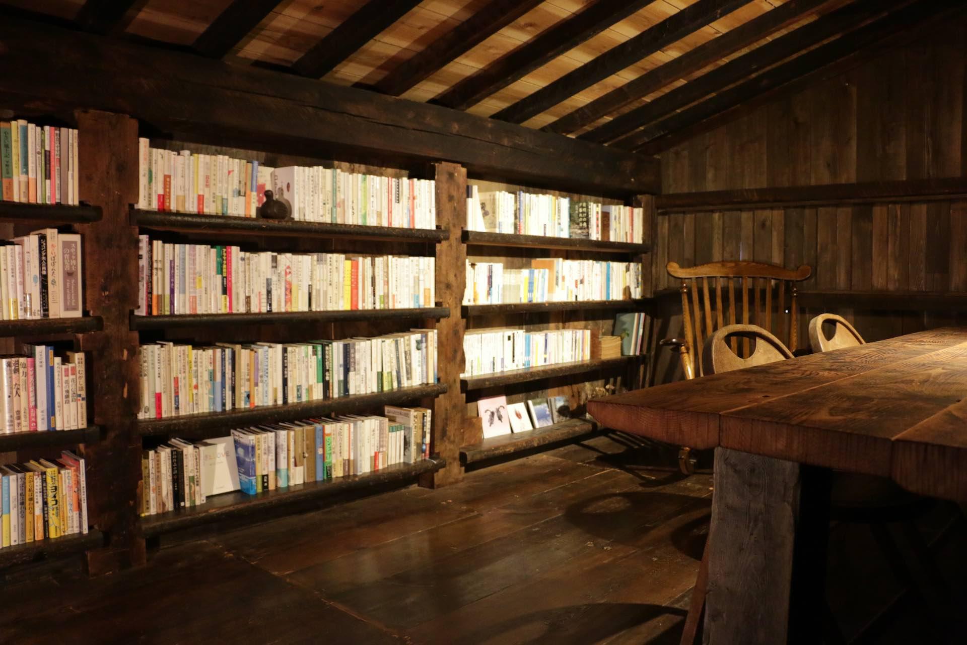 みっちりと本が詰まった書棚