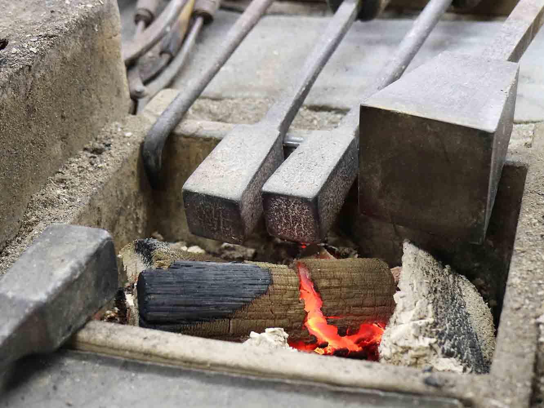 炭火で押し鏝を熱して使います