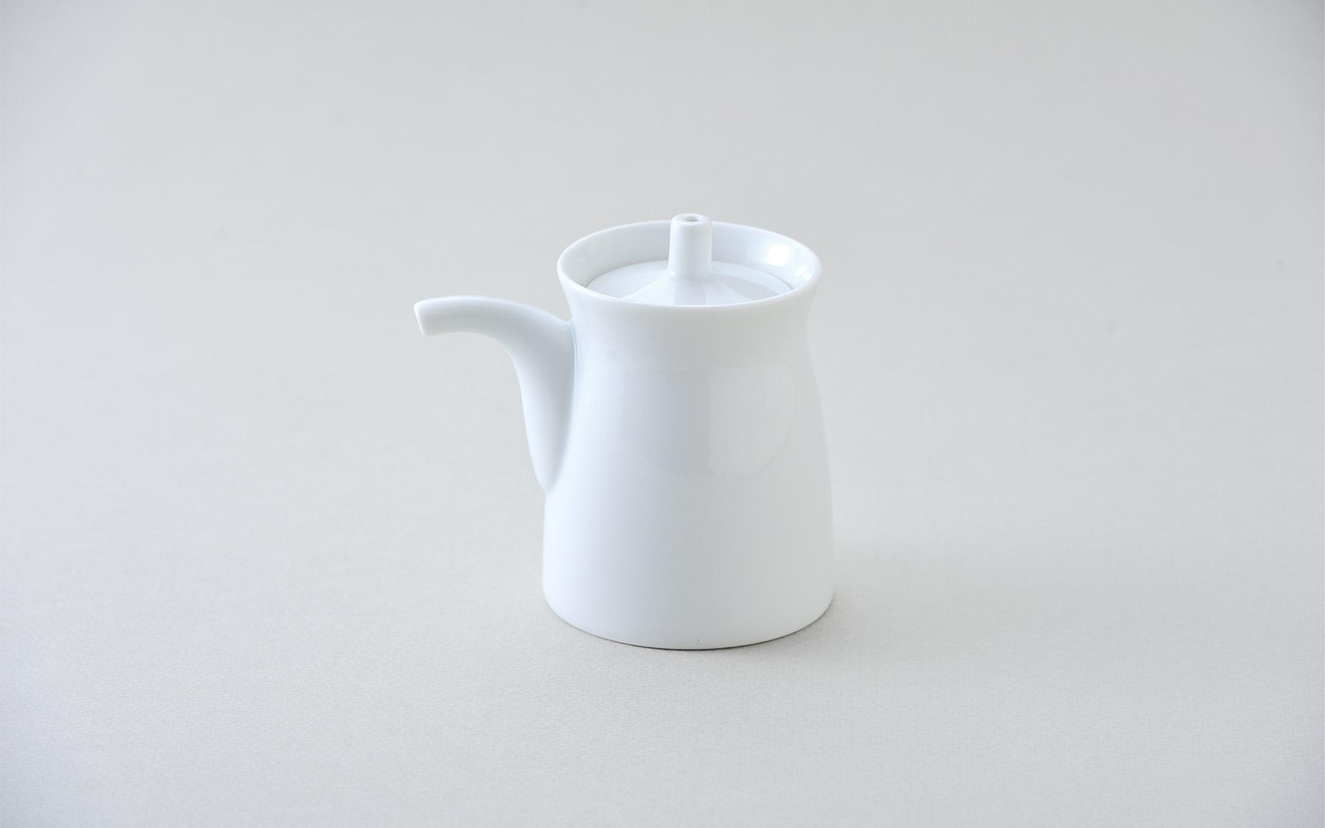 波佐見焼メーカー白山陶器のG型しょうゆさし。1958年から製造を続けるロングセラー商品