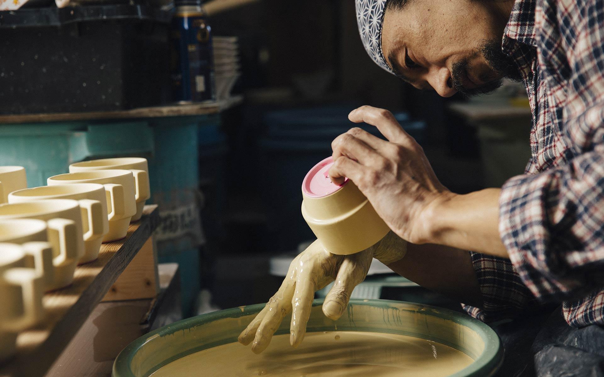 波佐見焼の釉薬はすべて手作業で塗る