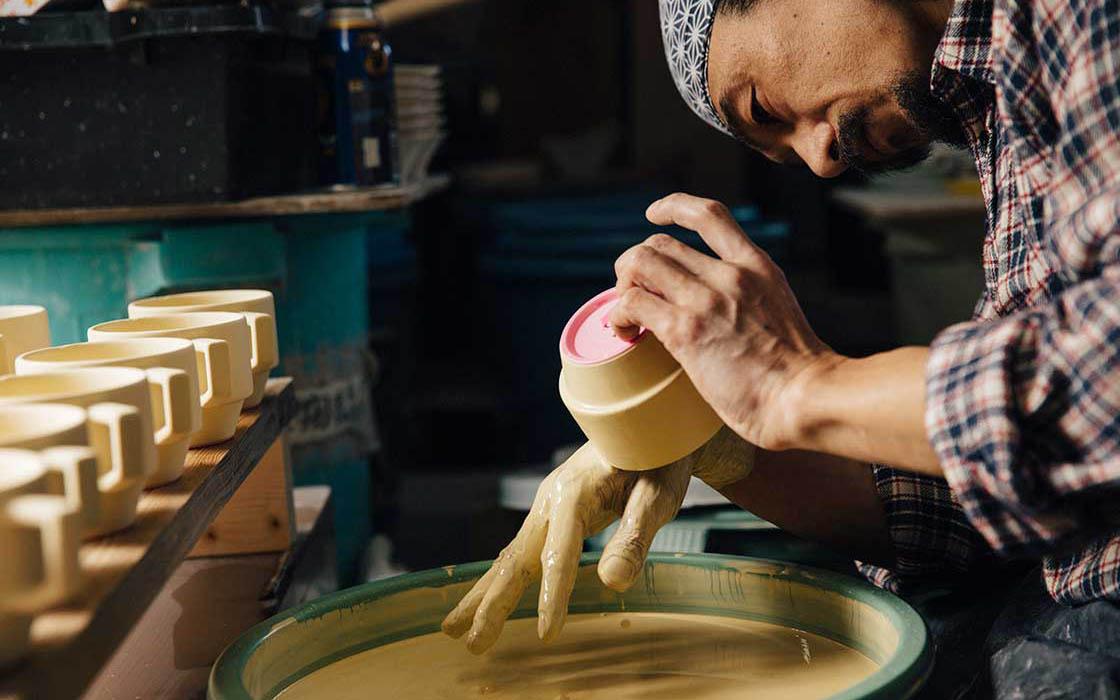 釉薬はすべて手作業で塗る