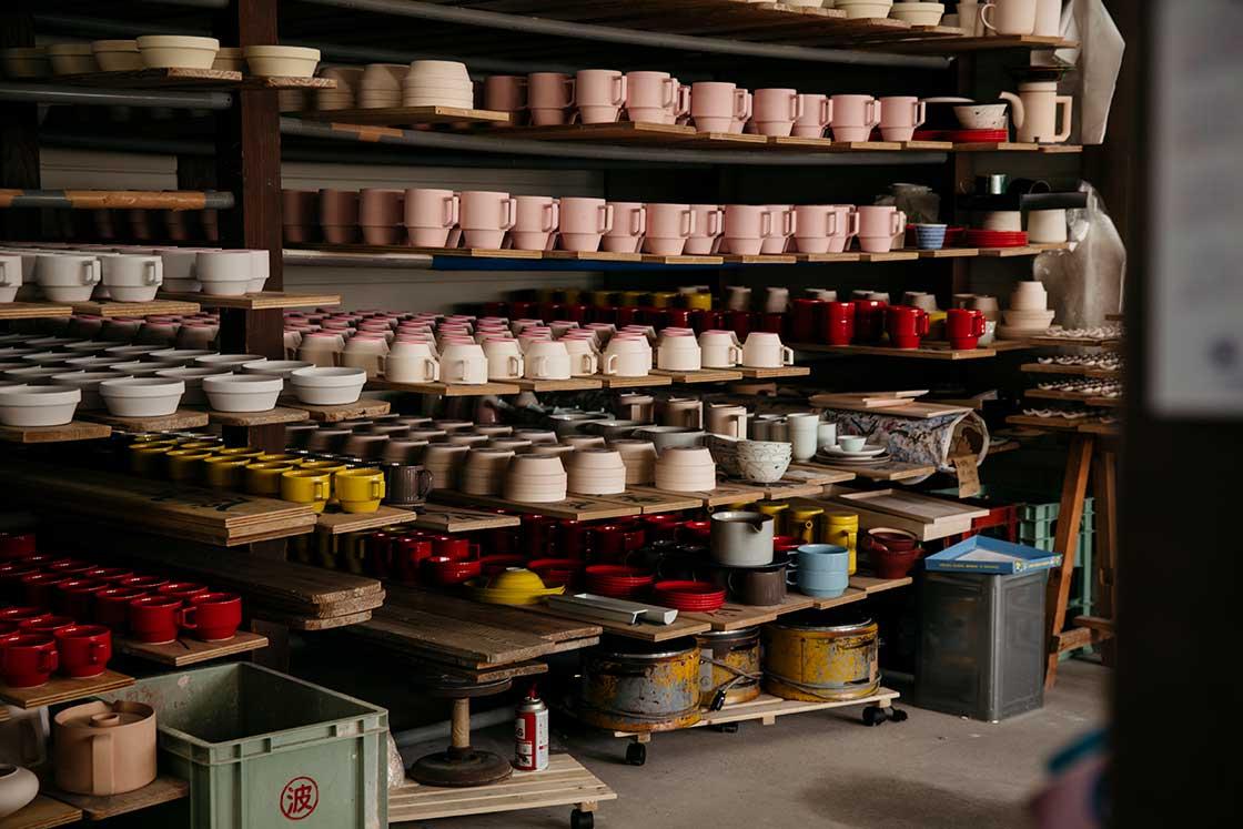長崎県波佐見町の窯元で本焼成前の器
