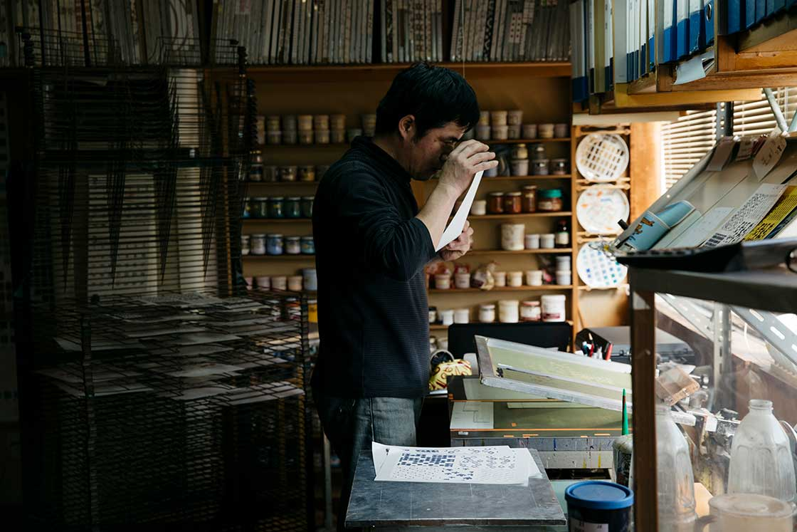 長崎県波佐見町「協和転写」の作業風景
