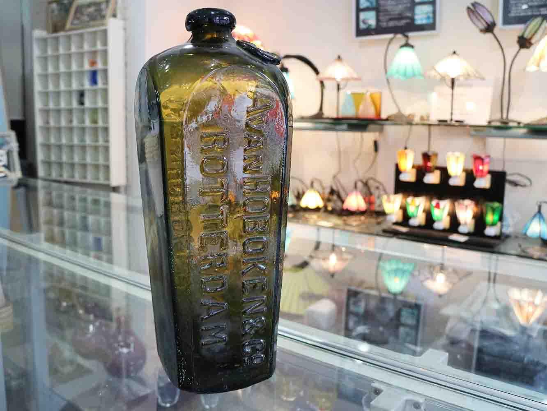 江戸時代に海を渡ってきたガラスボトル。ロッテルダム (オランダの地名) が書かれている