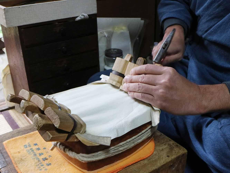 クリップに杭を打って、皮がピンと張った状態で貼り付くようにします