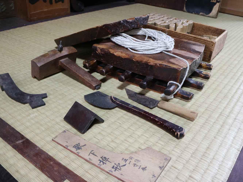 三味線作りの道具。見慣れないものがたくさんありますね