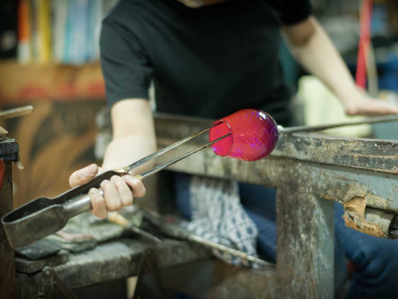 小さい穴に箸を入れてガラスを広げていきます。さらに全体を調整して除冷炉に入れたら完成です