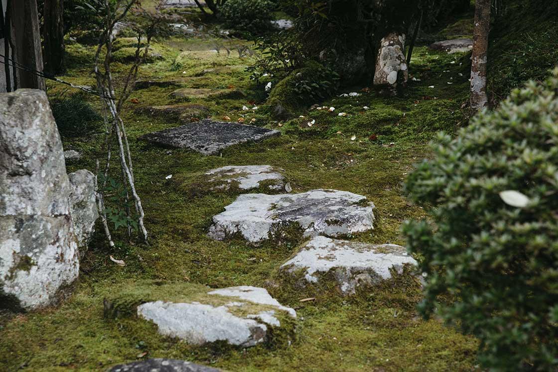 長崎県川棚町の私邸にある日本庭園の石