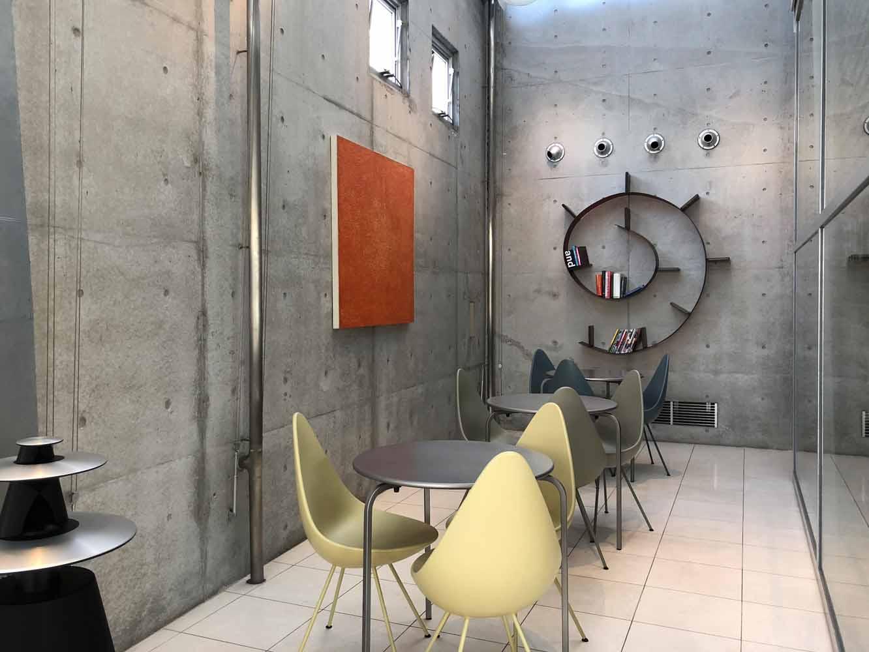 デンマークの巨匠アルネ・ヤコブセンのドロップチェアが並ぶラウンジ。奥にはカルテルの本棚