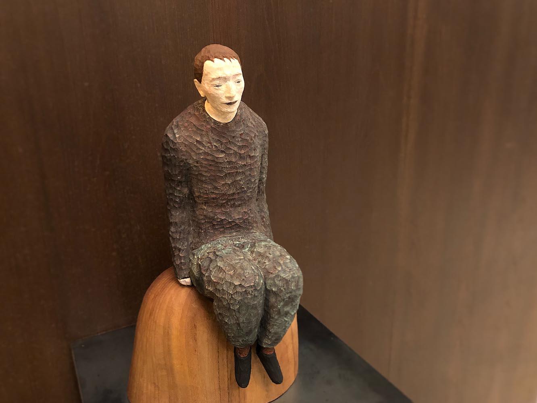 エントランスでは、彫刻家 丸尾康弘さんの彫刻作品に迎えられる