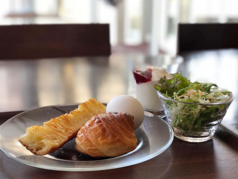 地元で人気のベーカリー「パン工房だんだん」から毎朝届く焼きたてパンが味わえる朝食