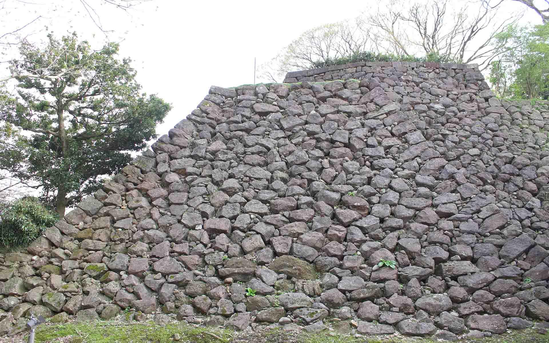金沢城石垣。東の丸北面石垣。城内で最も古い「自然石積み」技法の石垣。自然石や粗割りしただけの石を緩い勾配で積み上げたもの