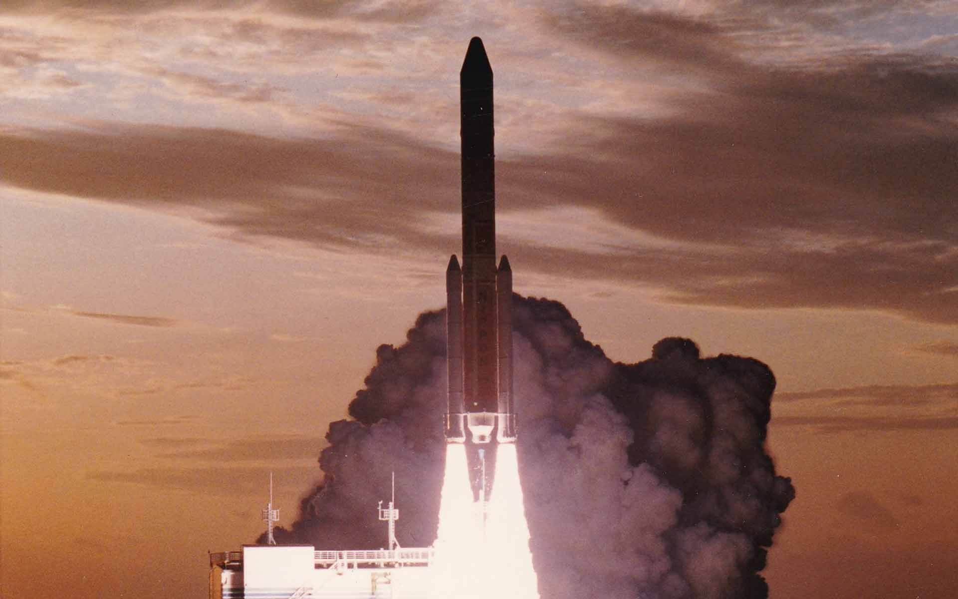 種子島で打ち上げられた宇宙航空研究開発機構 (JAXA) のH2ロケット。 ロケットの両サイドについたロケットブースターの先端部分や、エンジン部品がへら絞りで作られています