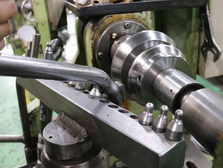 テコの原理で力を加えて金属を絞っていきます