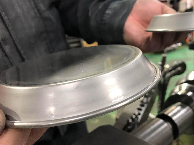 金属の張り具合を見ながら適切に力を加えるとなめらかな仕上がりに