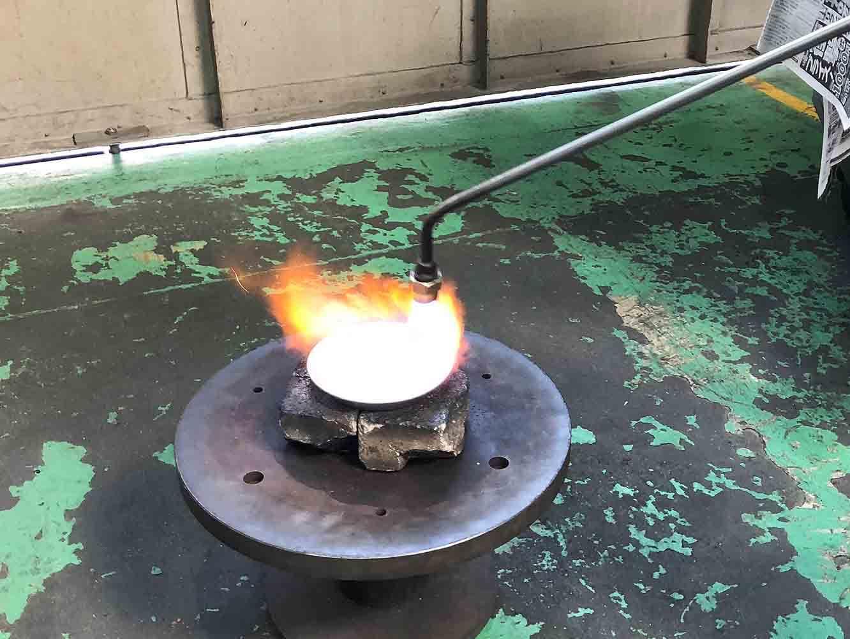 熱することで、へら絞りによって硬化してしまった金属を元の柔らかさに戻します。熱した時の金属の色を見て、状態を判断するのだそう