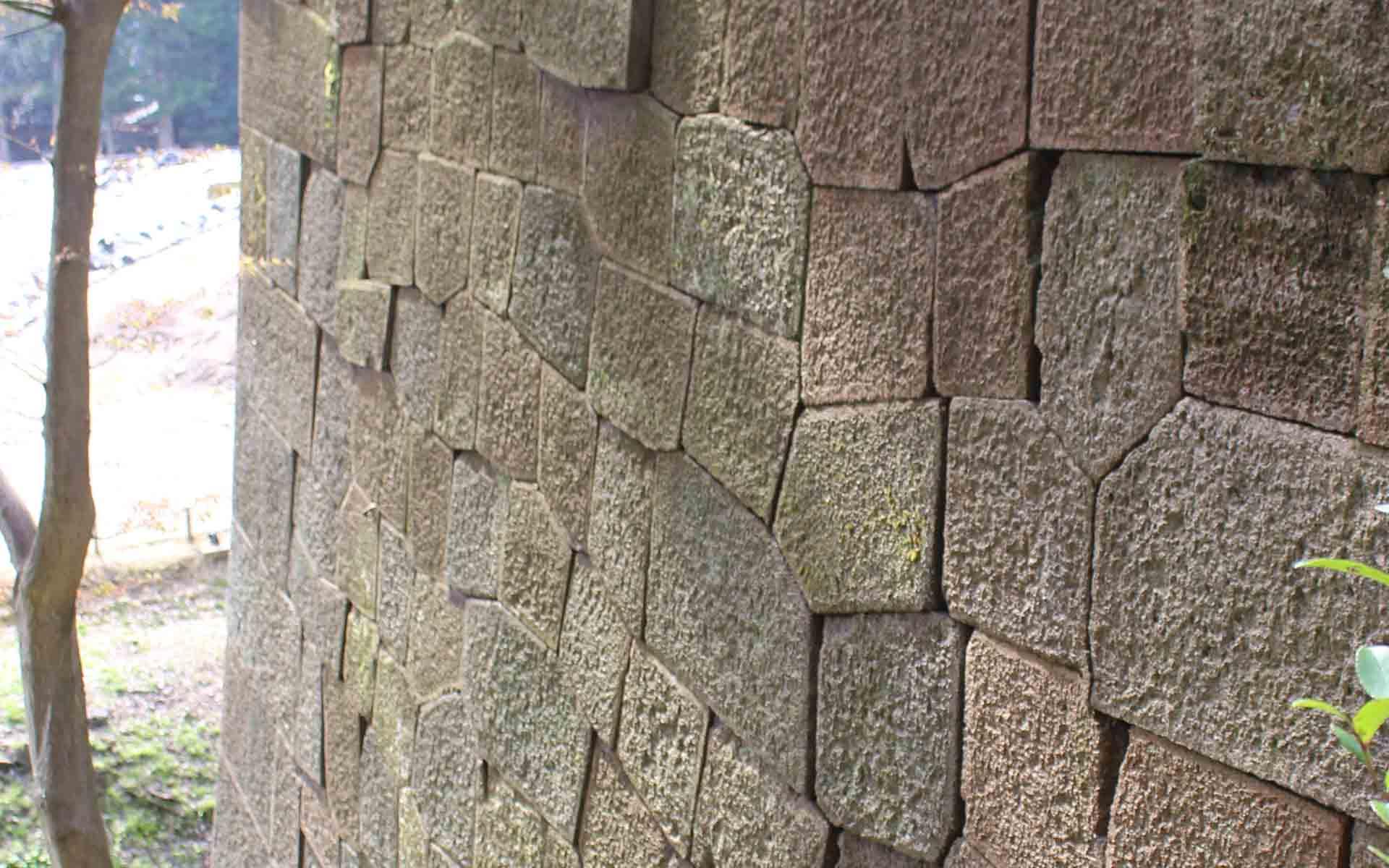 江戸後期のもの。一つ一つ石の隅を面取りをすることで縁飾りのように見える