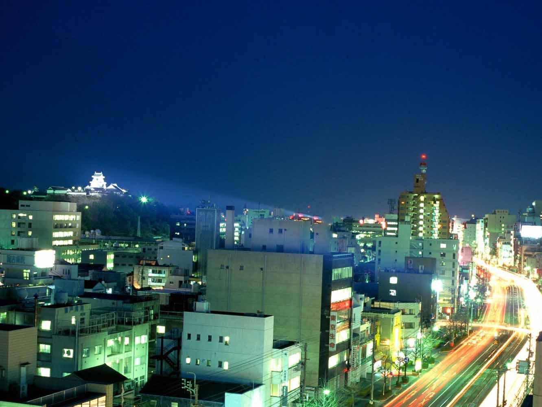強力な投光機で高知城をライトアップしている