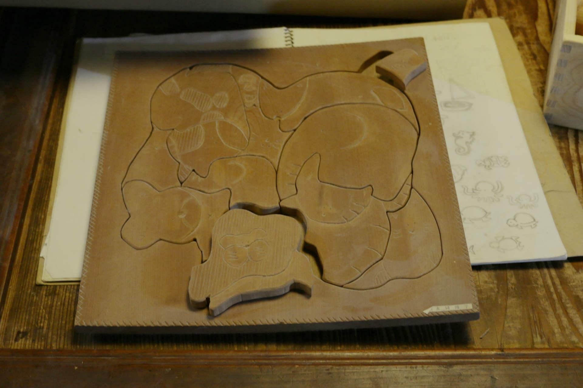 大学では保育の勉強をしていた陽子さん。当時つくった木のパズルは、今の商品の原点になっています