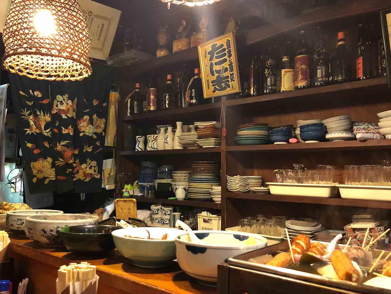 大皿に乗った煮物などのお惣菜的な品々