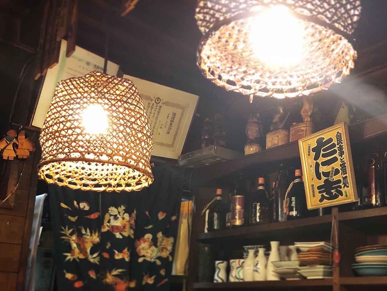 ランプシェードは土佐の竹細工で作られたカゴを活用したのだそう