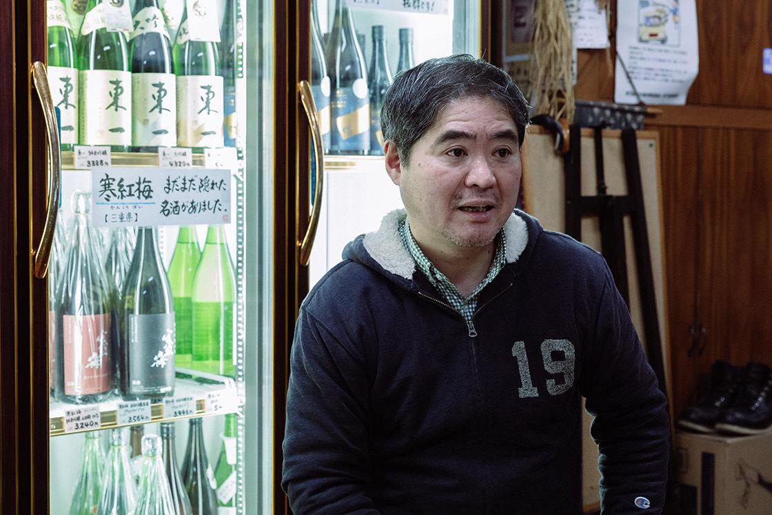 大正時代から続く井上酒店の3代目、井上信介さん。お酒は全て蔵元に直接出向き、長い時間をかけて顔の見える関係を築いてから仕入れる。選ぶ基準は、究極は作っている「人」だそう