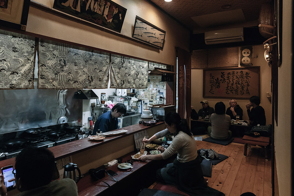 奥の座敷で有田焼の窯元さんたちが宴会中。ふらりと訪ねたら、そんな光景に出会えるかもしれません