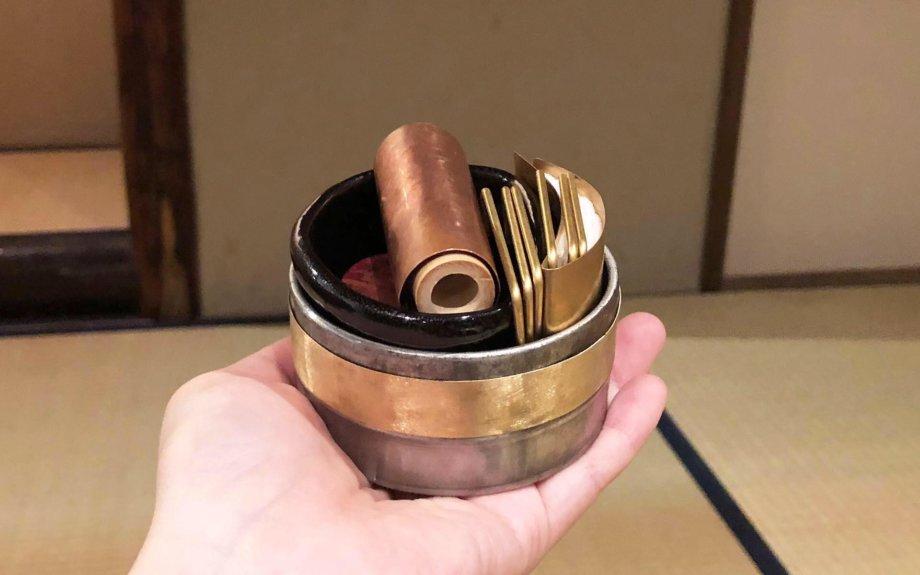 直径7.5センチメートルほどの缶に入った茶道具。片手で持ててしまいました!