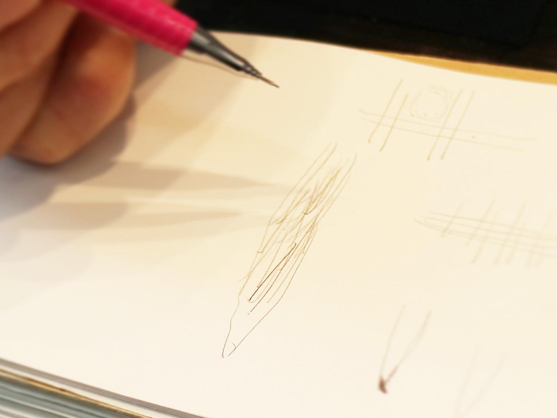 イラストのように、針に縦線状の傷を無数につけます