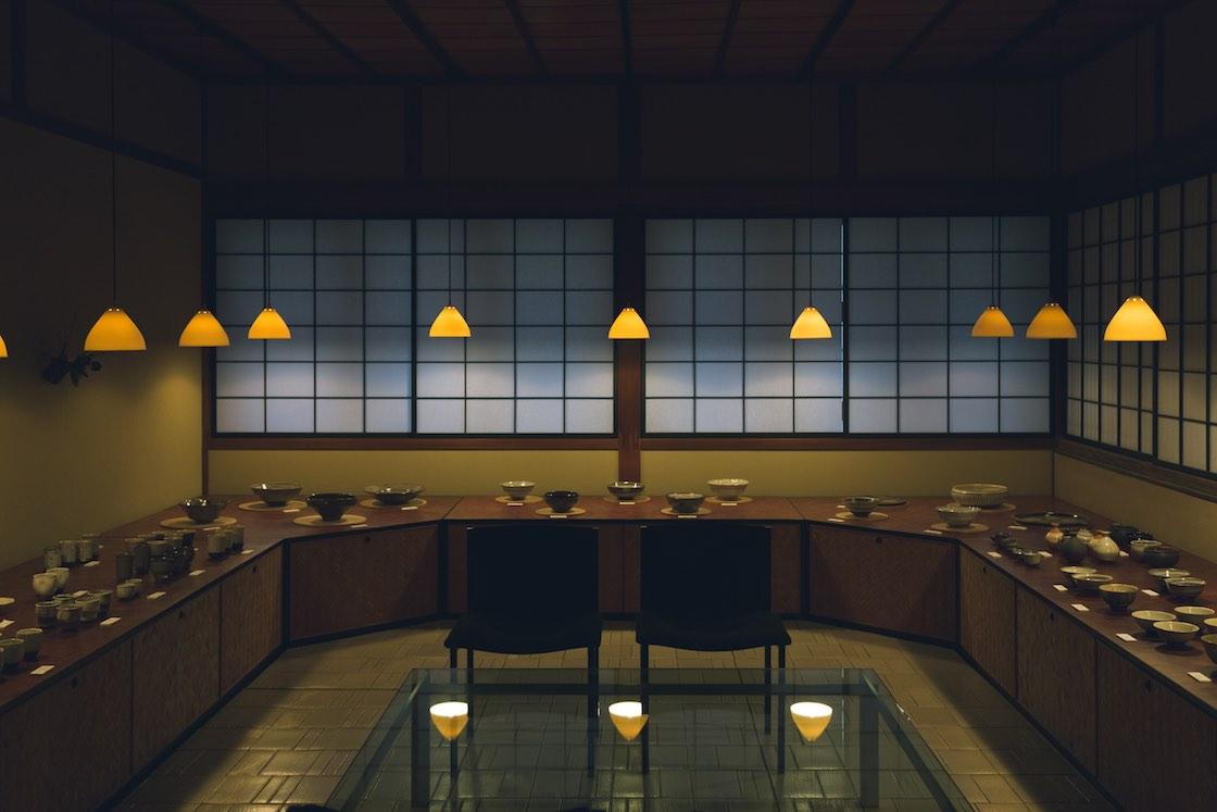 もともとビリヤード台があったという奥行きのある部屋に、隆太窯の中里隆さん、太亀 (たき) さん親子の作品がずらりと並ぶ