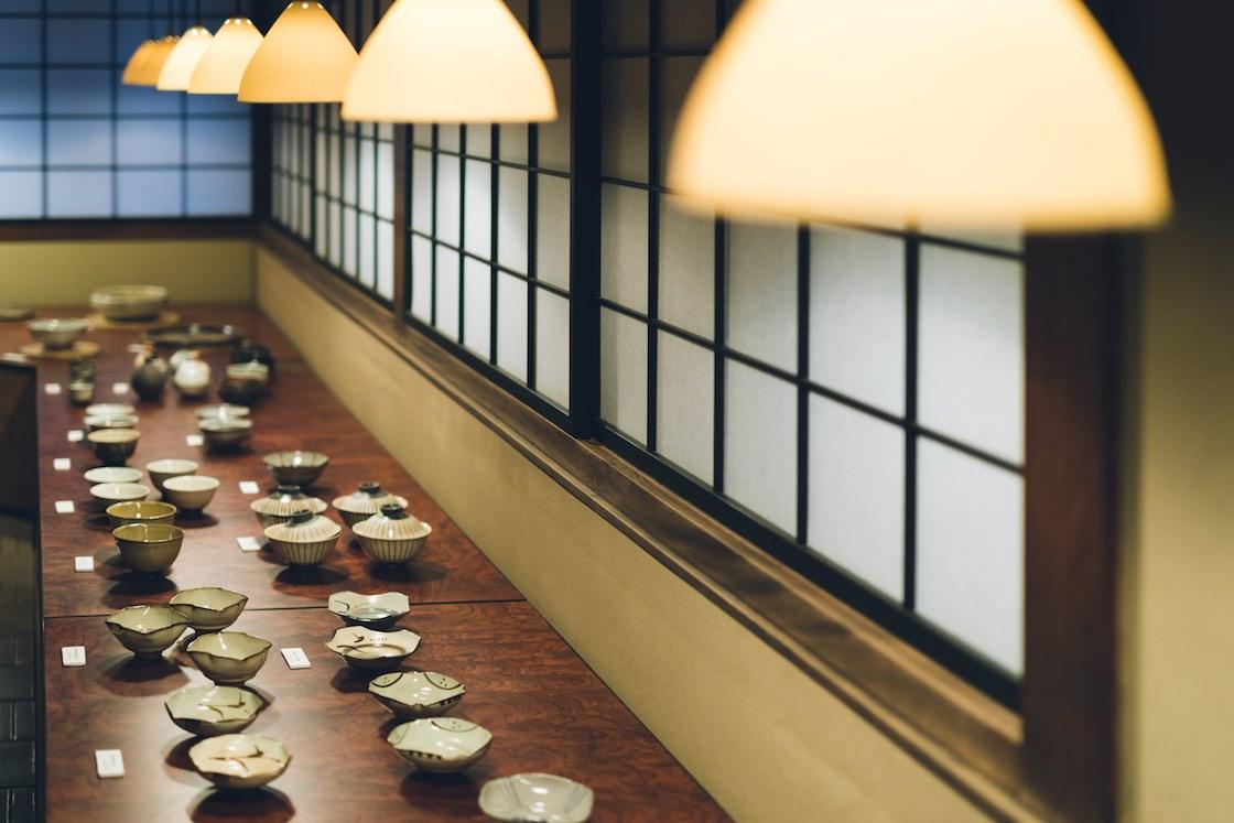 室内のランプシェードや床タイルも、中里隆さんによるもの