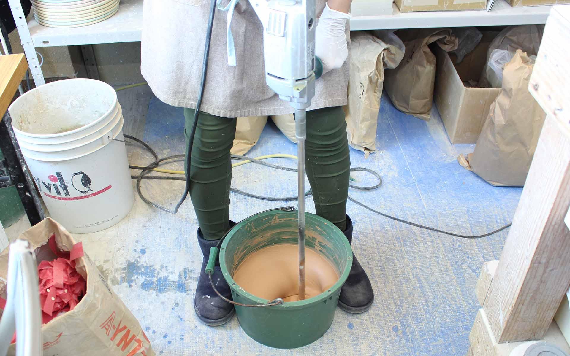 珪藻土の粉に水を加えて練っていきます